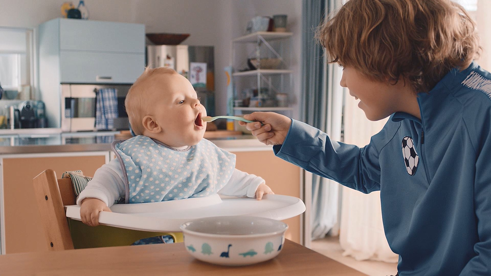 Lidl Family – Kurt Hunziker donne à manger à bébé
